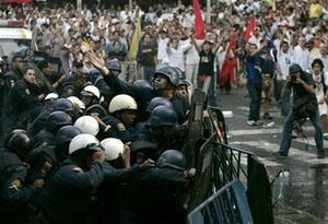 capt90b10ef938b040d4a3bb5a24a72a14aavenezuela_chavez_vs_tv_car120.jpg