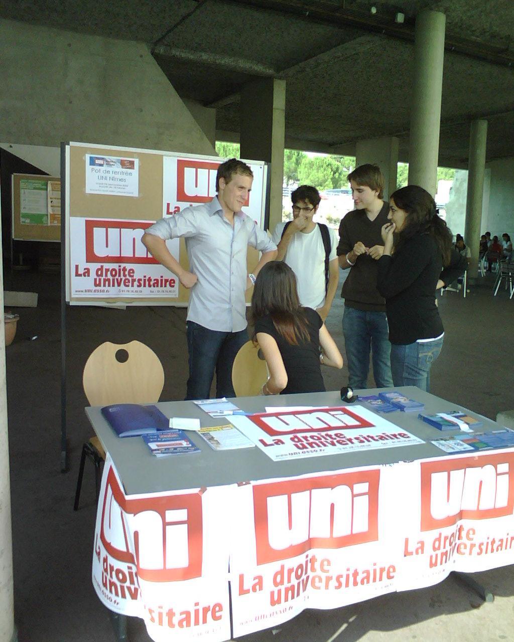 une des nombreuses tables d'information que les militants de l'UNI tiennent sur les campus